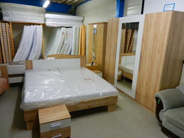 Schlafzimmer Martina Schrank, Bett u. 2Nachttische